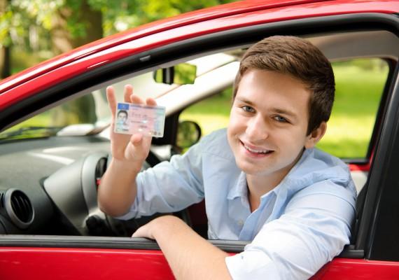 Jugendlicher mit neuem Auto und Fhrerschein